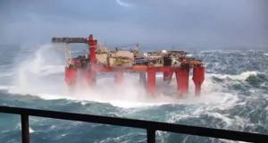 Πλατφόρμα πετρελαίου σε σφοδρή θαλασσοταραχή (Video)