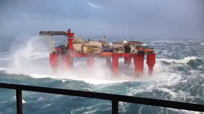 Πλατφόρμα πετρελαίου σε σφοδρή θαλασσοταραχή