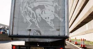 Τέχνη πάνω σε σκονισμένα φορτηγά