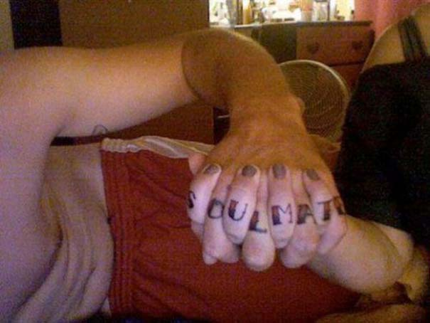 33 ζευγάρια που ενώθηκαν με ένα πρωτότυπο ή παράξενο τατουάζ (13)