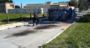 Απίστευτη γκάφα σε άσκηση της αστυνομίας: Πως να μην πετάξετε μια μολότοφ (Video)
