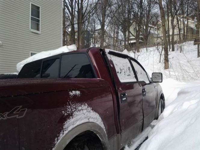 Πως ένα φορτηγάκι έπεσε θύμα της σφοδρής κακοκαιρίας στην Βοστώνη (1)