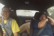 Γυναίκα οδηγός αγώνων μεταμφιέστηκε σε άβγαλτο κοριτσάκι και τρομοκράτησε τους εκπαιδευτές μιας σχολής οδηγών