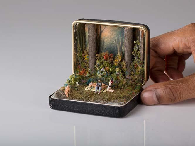 Καλλιτέχνης δημιουργεί μικρά έργα τέχνης μέσα σε παλιά κουτιά δαχτυλιδιών (1)