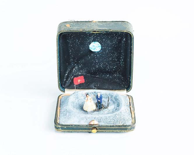 Καλλιτέχνης δημιουργεί μικρά έργα τέχνης μέσα σε παλιά κουτιά δαχτυλιδιών (2)