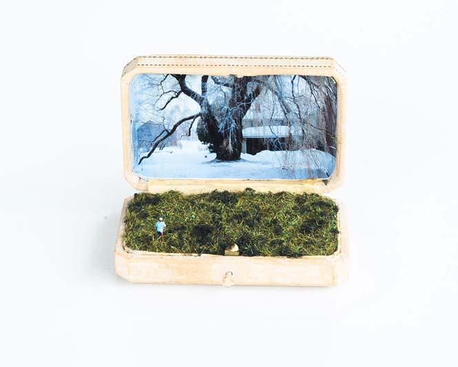 Καλλιτέχνης δημιουργεί μικρά έργα τέχνης μέσα σε παλιά κουτιά δαχτυλιδιών (4)