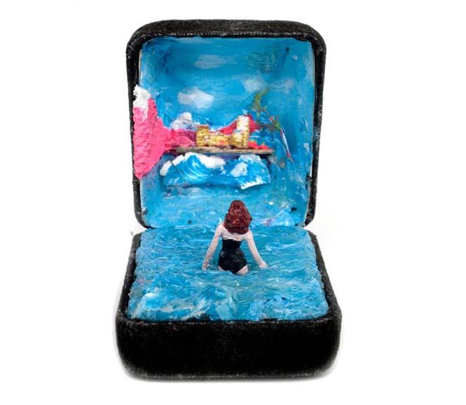 Καλλιτέχνης δημιουργεί μικρά έργα τέχνης μέσα σε παλιά κουτιά δαχτυλιδιών (5)