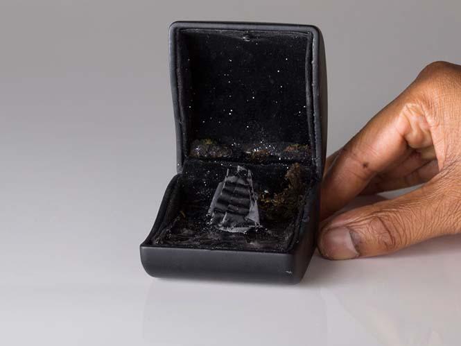 Καλλιτέχνης δημιουργεί μικρά έργα τέχνης μέσα σε παλιά κουτιά δαχτυλιδιών (10)