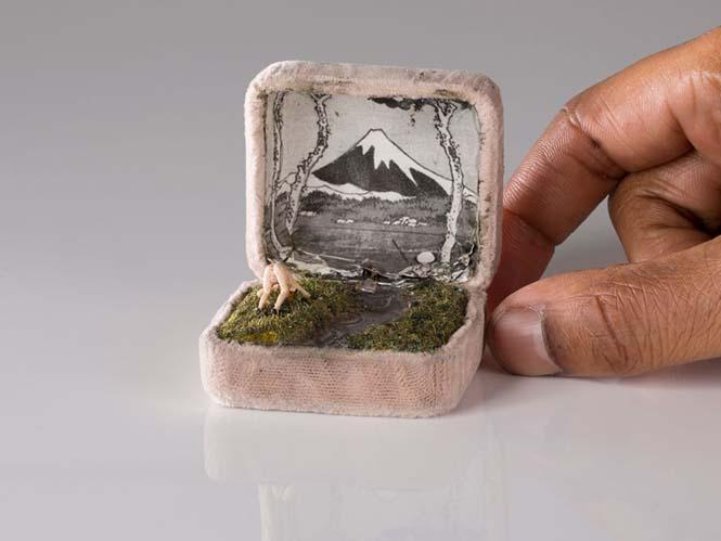 Καλλιτέχνης δημιουργεί μικρά έργα τέχνης μέσα σε παλιά κουτιά δαχτυλιδιών (11)