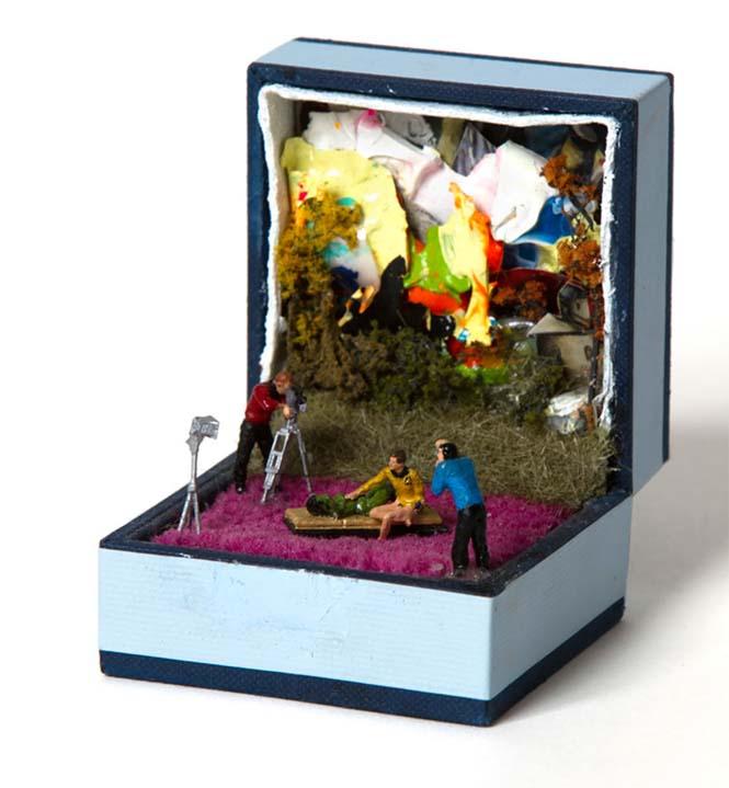 Καλλιτέχνης δημιουργεί μικρά έργα τέχνης μέσα σε παλιά κουτιά δαχτυλιδιών (16)