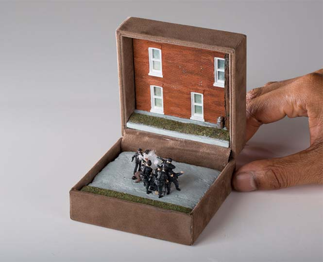 Καλλιτέχνης δημιουργεί μικρά έργα τέχνης μέσα σε παλιά κουτιά δαχτυλιδιών (17)