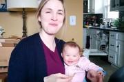 Μωρό ξεκαρδίζεται κάθε φορά που η μαμά του τρώει πατατάκια
