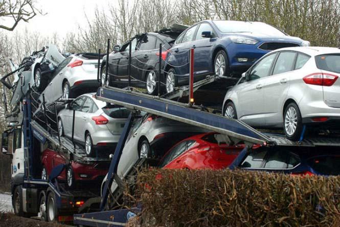 Οδηγός νταλίκας με καινούργια αυτοκίνητα μόλις εξασφάλισε την απόλυση του (2)