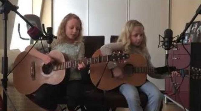 Οι δυο μικρές αδερφές που μάγεψαν τους χρήστες του διαδικτύου με το τραγούδι τους