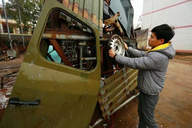 Πατέρας και γιος κατασκευάζουν transformers από παλιοσίδερα (1)