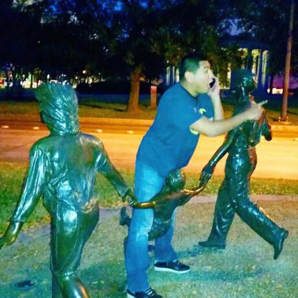 Ποζάροντας με αγάλματα (10)
