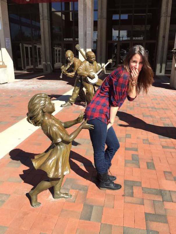 Ποζάροντας με αγάλματα (11)