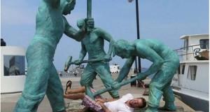 Ποζάροντας με αγάλματα #13