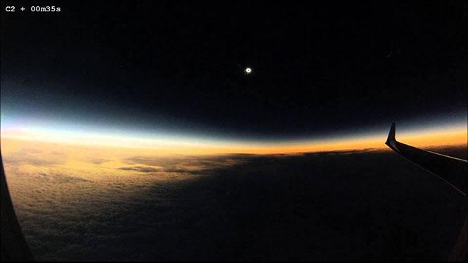 Η πρόσφατη ολική έκλειψη Ηλίου από το παράθυρο ενός αεροπλάνου