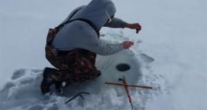 Ψάρεμα στον πάγο είχε την πιο απρόσμενη εξέλιξη (Video)