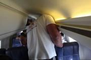 Ο άνδρας που δυσκολεύεται να χωρέσει στο αεροπλάνο