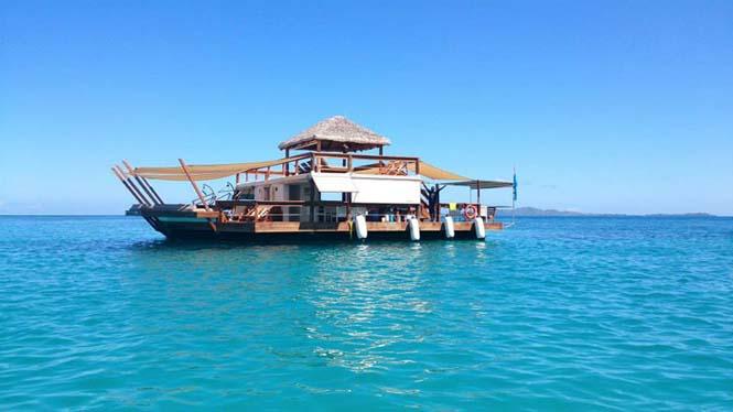 Cloud 9 Fiji: Πλωτό μπαρ στην μέση του ωκεανού (2)