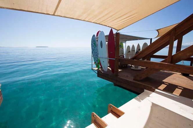 Cloud 9 Fiji: Πλωτό μπαρ στην μέση του ωκεανού (10)