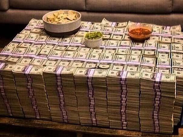 Καταλαβαίνεις ότι κάποιος έχει υπερβολικά πολλά χρήματα, όταν... (4)