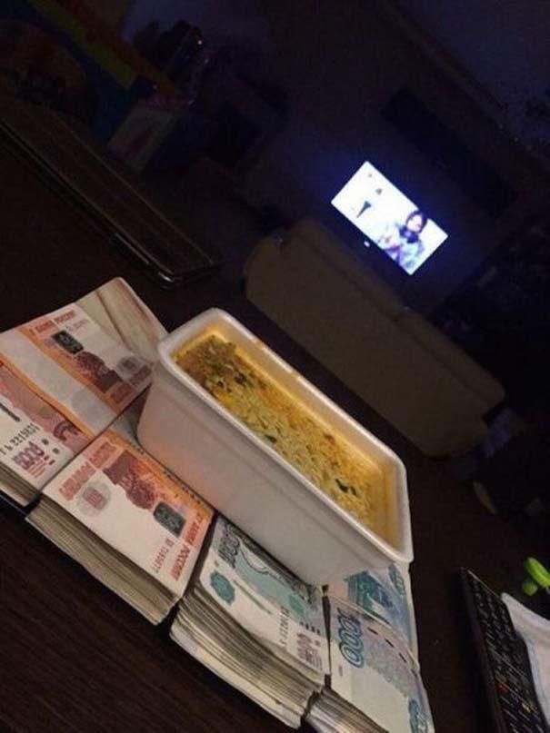 Καταλαβαίνεις ότι κάποιος έχει υπερβολικά πολλά χρήματα, όταν... (25)