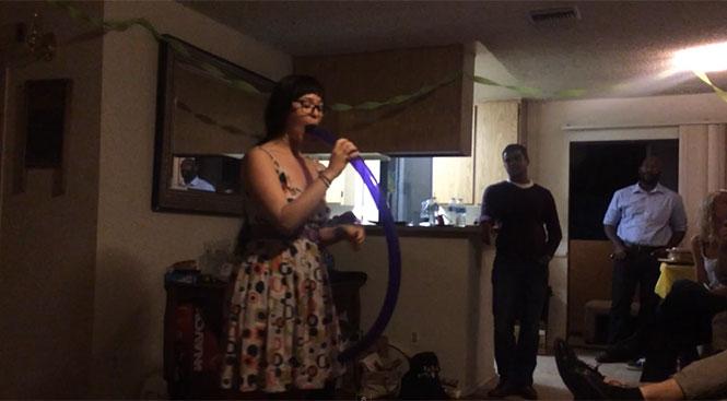 Δεν θα πιστεύετε το τρικ που κάνει αυτή η κοπέλα με ένα μπαλόνι