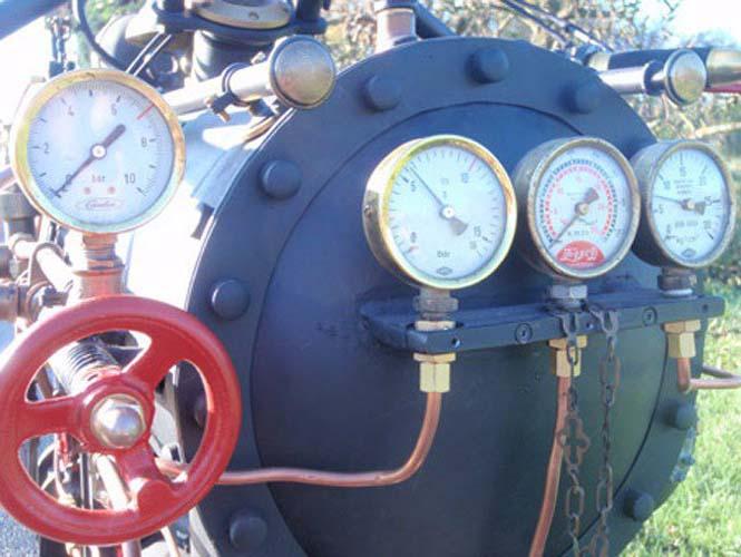 Μοτοσυκλέτα που μοιάζει με ατμομηχανή (4)