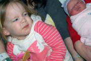 30 φωτογραφίες παιδιών που αντικρίζουν για πρώτη φορά το νεογέννητο αδερφάκι τους (1)