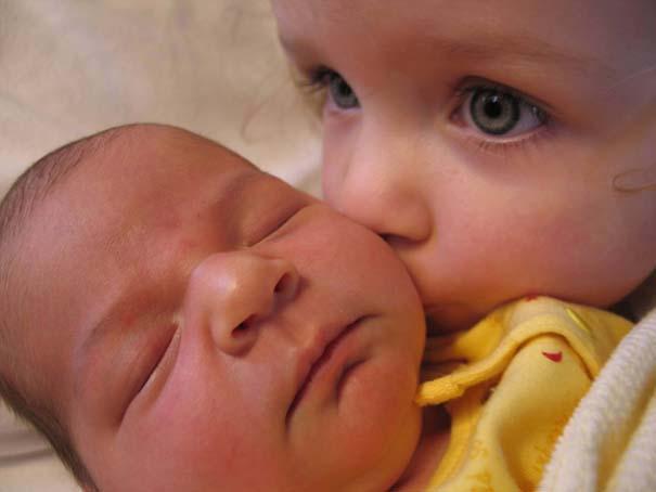 30 φωτογραφίες παιδιών που αντικρίζουν για πρώτη φορά το νεογέννητο αδερφάκι τους (3)