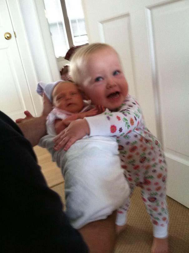 30 φωτογραφίες παιδιών που αντικρίζουν για πρώτη φορά το νεογέννητο αδερφάκι τους (4)