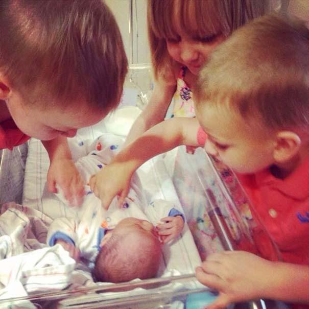 30 φωτογραφίες παιδιών που αντικρίζουν για πρώτη φορά το νεογέννητο αδερφάκι τους (5)
