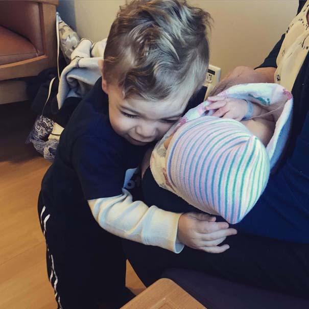 30 φωτογραφίες παιδιών που αντικρίζουν για πρώτη φορά το νεογέννητο αδερφάκι τους (6)