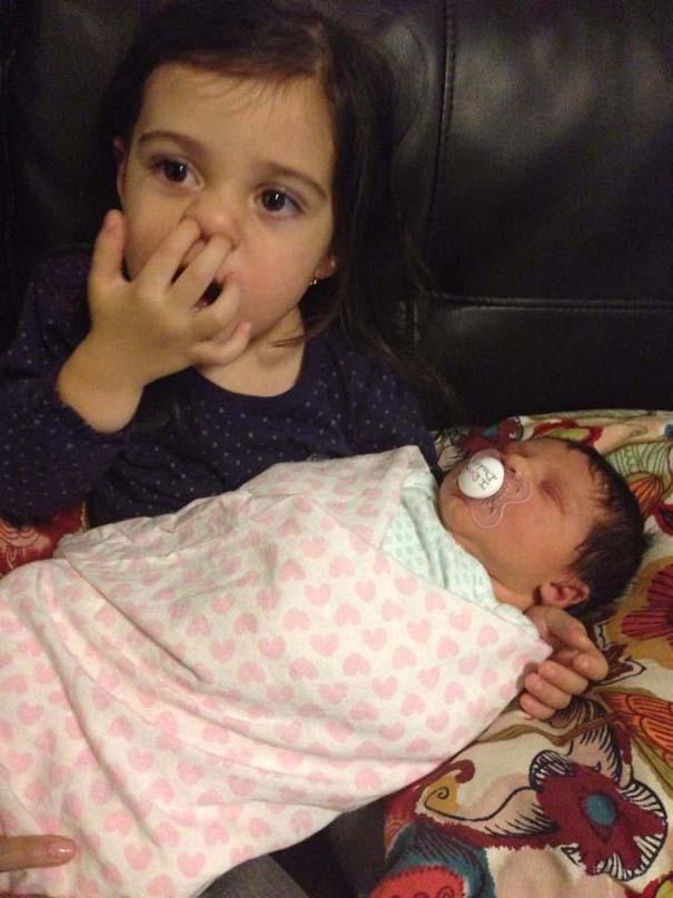 30 φωτογραφίες παιδιών που αντικρίζουν για πρώτη φορά το νεογέννητο αδερφάκι τους (7)
