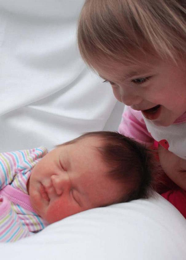 30 φωτογραφίες παιδιών που αντικρίζουν για πρώτη φορά το νεογέννητο αδερφάκι τους (8)