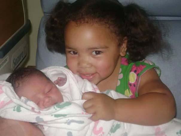 30 φωτογραφίες παιδιών που αντικρίζουν για πρώτη φορά το νεογέννητο αδερφάκι τους (9)