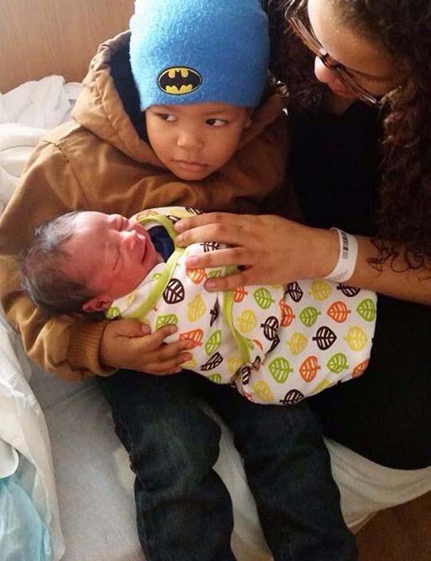 30 φωτογραφίες παιδιών που αντικρίζουν για πρώτη φορά το νεογέννητο αδερφάκι τους (10)