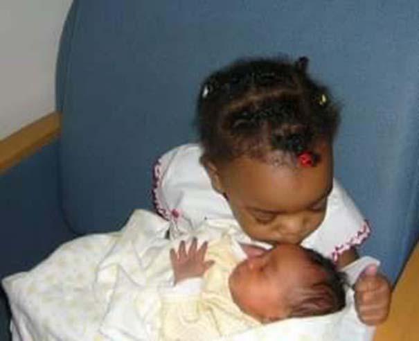30 φωτογραφίες παιδιών που αντικρίζουν για πρώτη φορά το νεογέννητο αδερφάκι τους (11)