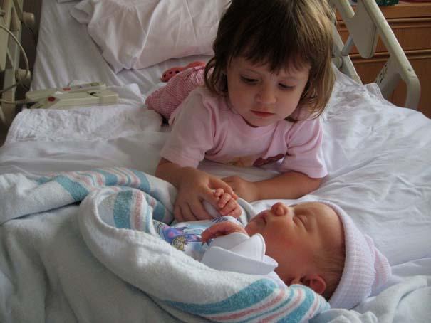 30 φωτογραφίες παιδιών που αντικρίζουν για πρώτη φορά το νεογέννητο αδερφάκι τους (12)