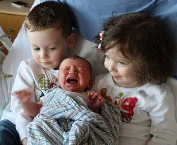 30 φωτογραφίες παιδιών που αντικρίζουν για πρώτη φορά το νεογέννητο αδερφάκι τους (13)