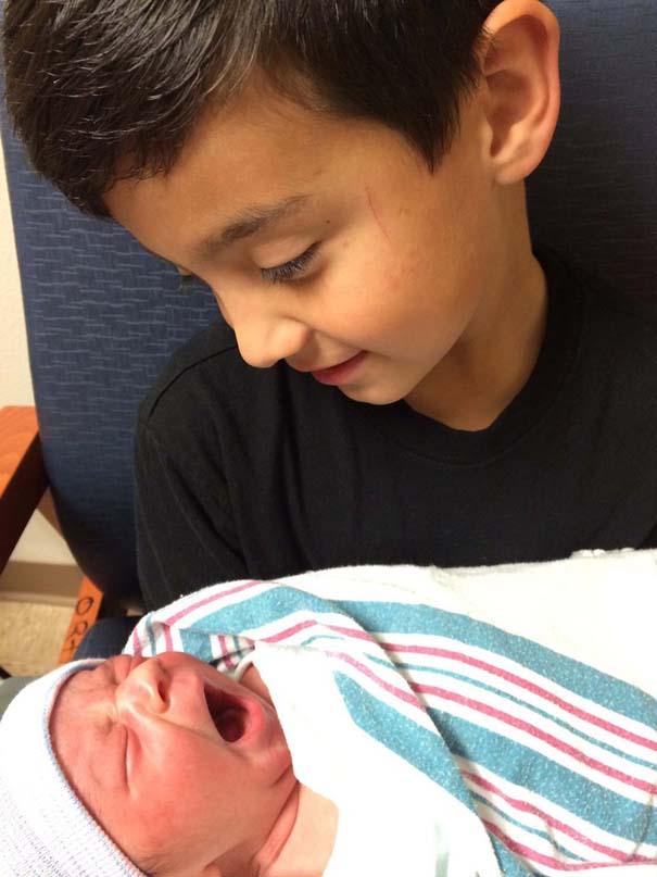 30 φωτογραφίες παιδιών που αντικρίζουν για πρώτη φορά το νεογέννητο αδερφάκι τους (14)