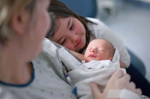 30 φωτογραφίες παιδιών που αντικρίζουν για πρώτη φορά το νεογέννητο αδερφάκι τους (16)