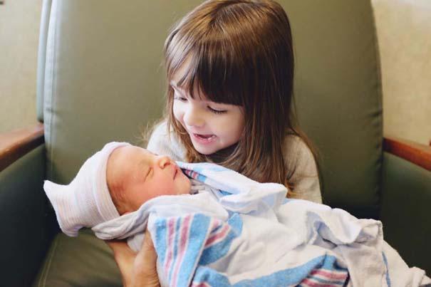 30 φωτογραφίες παιδιών που αντικρίζουν για πρώτη φορά το νεογέννητο αδερφάκι τους (18)