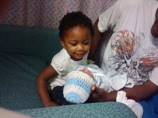 30 φωτογραφίες παιδιών που αντικρίζουν για πρώτη φορά το νεογέννητο αδερφάκι τους (19)