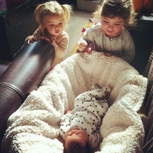 30 φωτογραφίες παιδιών που αντικρίζουν για πρώτη φορά το νεογέννητο αδερφάκι τους (20)