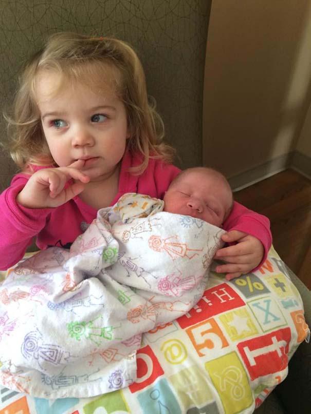 30 φωτογραφίες παιδιών που αντικρίζουν για πρώτη φορά το νεογέννητο αδερφάκι τους (23)