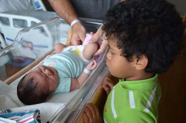 30 φωτογραφίες παιδιών που αντικρίζουν για πρώτη φορά το νεογέννητο αδερφάκι τους (25)